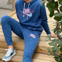 NIKE Sportswear Hoodie & Jogger Pant Retro —————————————————————————— Disponible @vestiairestore Metz / Nancy & sur  www.vestiairestore.com —————————————————————————— -Hoodie |75€| -Jogger Pant |75€| -Crewneck |70€| -T-shirt |39€| —————————————————————————— • 5/7 Rue de Ladoucette 57000 METZ • 30 Rue Gambetta 54000 NANCY  Lundi  14h-19h Mardi à Vendredi  10h30-12h30  14h-19h Samedi  10h30-19h —————————————————————————— 📸 @hugo_stawikowski 🙏