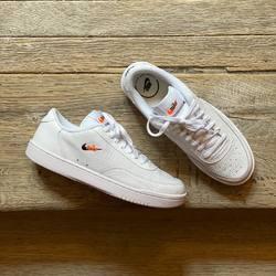 Nike Court Vintage Premium «White / Total Orange» —————————————————————————— Disponible @vestiairestore Metz / Nancy & sur  www.vestiairestore.com —————————————————————————— Du 40 au 46 | 80€ |—————————————————————————— • 5/7 Rue de Ladoucette 57000 METZ • 30 Rue Gambetta 54000 NANCY  Lundi  14h-19h Mardi à Vendredi  10h30-12h30  14h-19h Samedi  10h30-19h ——————————————————————————